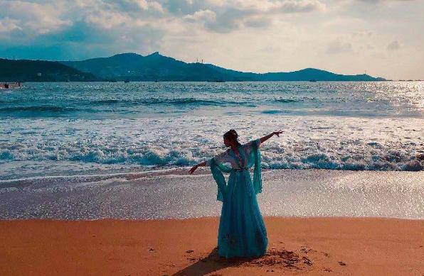 穿上美美的汉服,化上美美的妆容,顶致去了海边一趟…